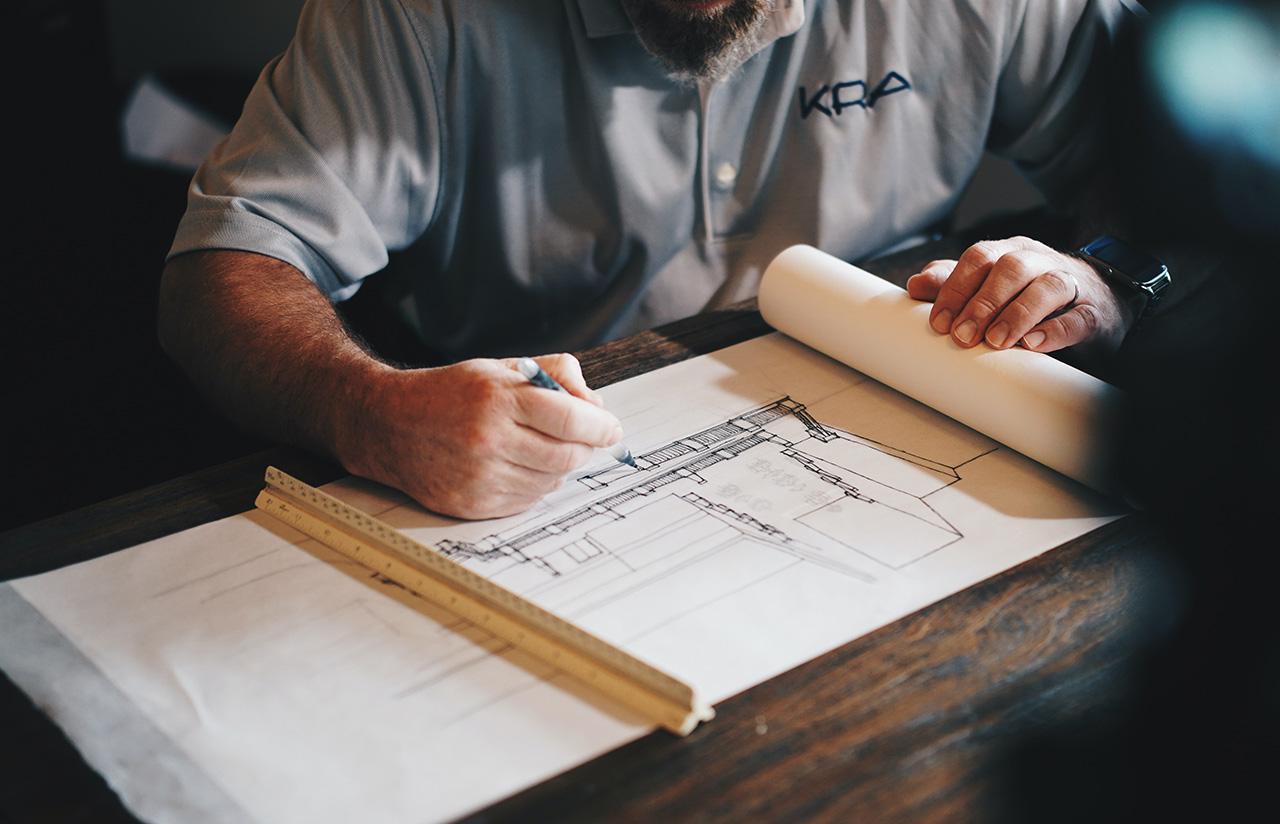 Dentre as vantagens em contratar uma construtora, está o acesso a consultoria de profissionais extremamente qualificados, como arquitetos e engenheiros.